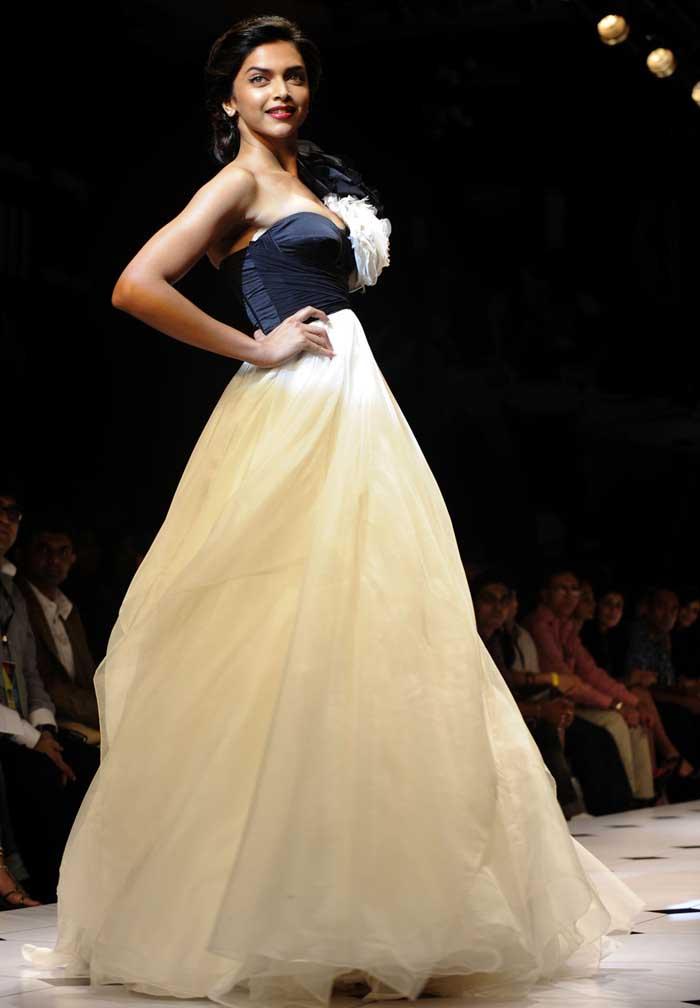Awe Inspiring Deepika Padukone Walked Lakme Fashion Week Short Hairstyles Gunalazisus